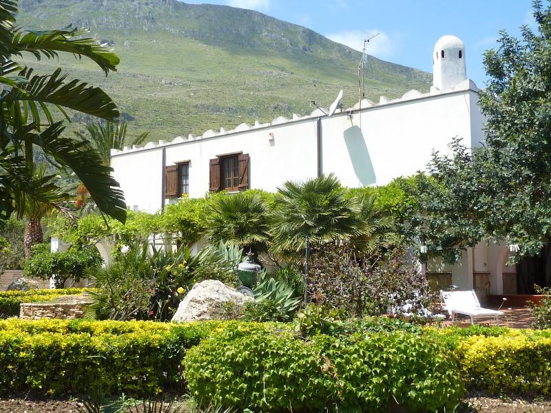 Villa delle rose Scopello - with fabulous views & total relaxation, casa vacanza a Scopello