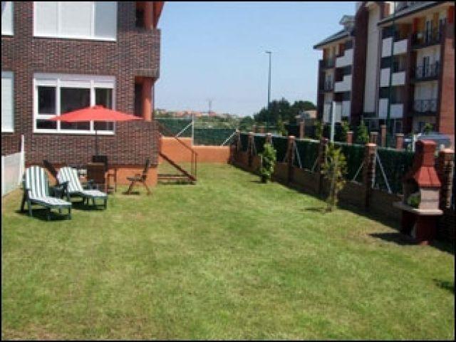 Jardín, mobiliario exterior y barbacoa. TODO PRIVADO.