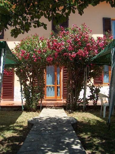 Veduta dell'ingresso dal giardino