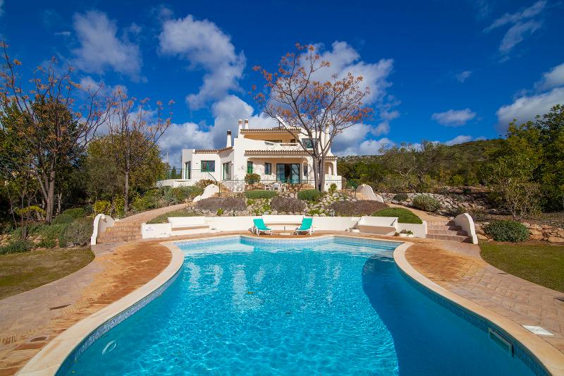 Blick von dem großen heaterable Pool in Richtung der Villa während der Winterzeit