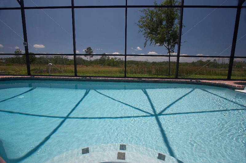 La piscine avec une vue imprenable sur un lac et bois
