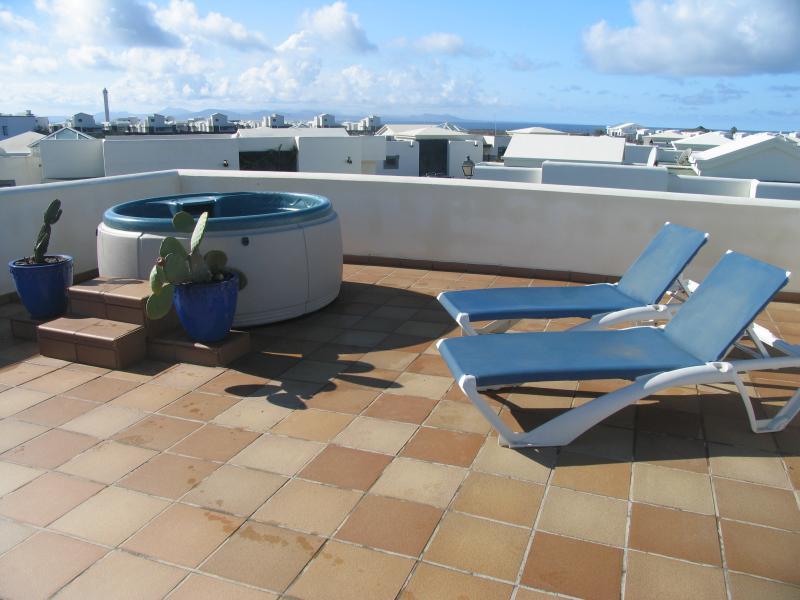 Terrazza sul tetto con vasca idromassaggio e una splendida vista!