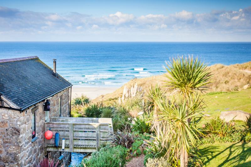 Girl Annie is a former net loft over looking the sea with easy beach access and superb sea views