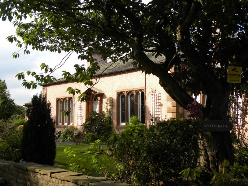NORTH BANK Eamont Bridge Luxury newly refurbished large bungalow with hot tub, holiday rental in Askham