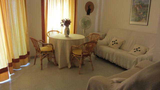 Salón luminoso con acceso directo a la terraza con sofá de 3 plazas y de 2 plazas.