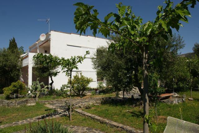 Jardín vista lateral con barbacoa