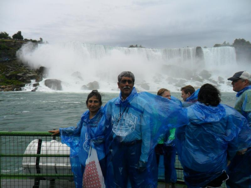 Overboard Maid of the Mist affront NIAGARA FALLS.