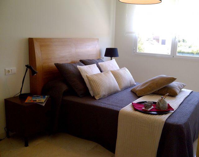 Dormitorio doble, con armario empotrado y vistas a la piscina