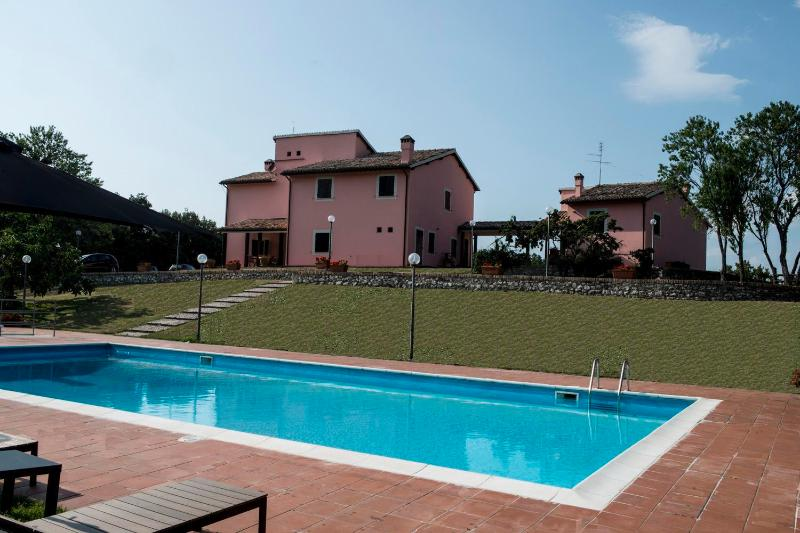 Villa Vallocchia + dependance with private pool, vacation rental in Spoleto