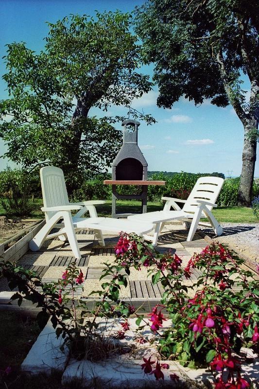 Sur notre terrasse, profitez d'un petit déjeuner sous le soleil ou d'un dîner tardif sous