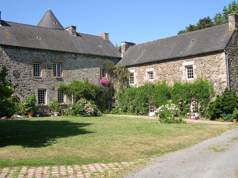 Gîte dans manoir du XVIe, holiday rental in Pontrieux