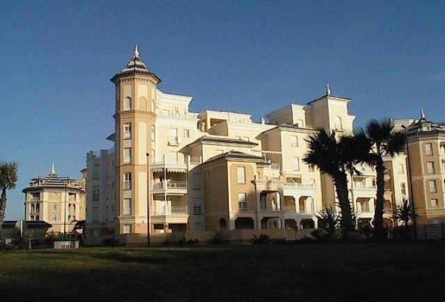 Fachada de la urbanización a  la avenida principal de Playa Punta del Moral