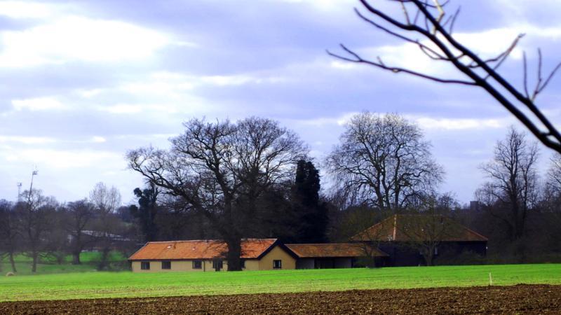 Os celeiros através dos campos
