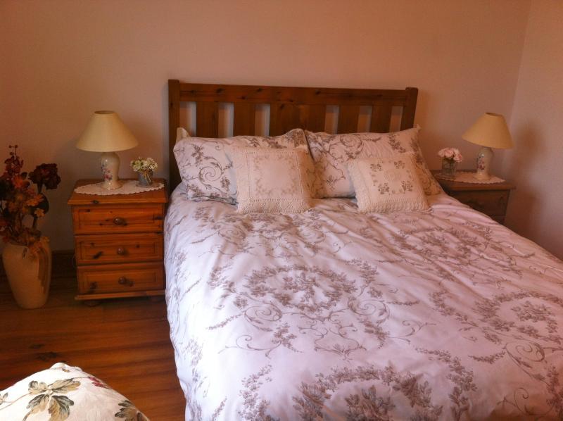 Camera da letto matrimoniale con armadio e comodini