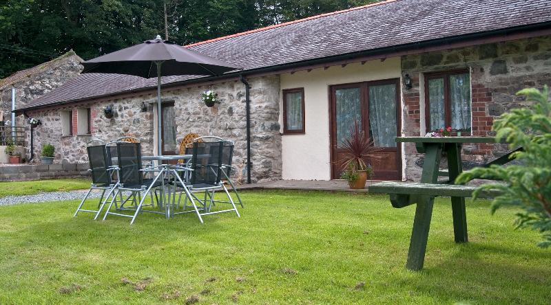 Carreg Bwa Cottage sleeps 7 +cot with large enclosed garden,seating BBQ