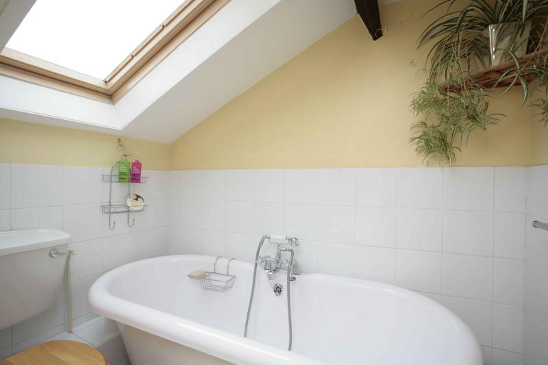 Badezimmer mit freistehender Badewanne