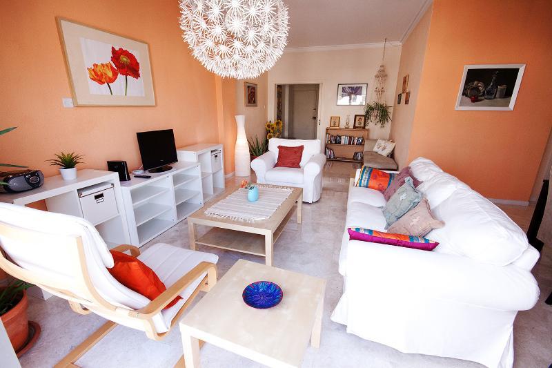 Homey + Comfy 2 BR , WI-FI , near Hilton hotel, location de vacances à Nicosie
