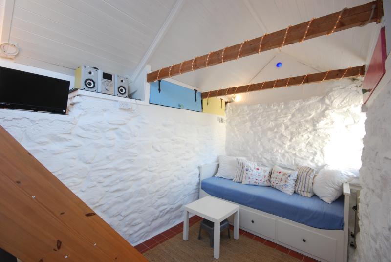 Lounge area/single bed