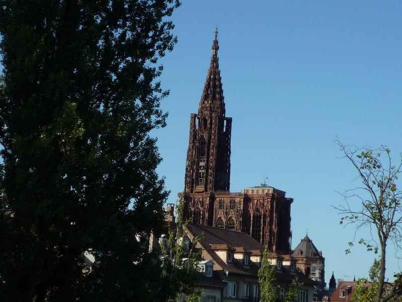 on  voit la  cathédrale par  la  fenêtre