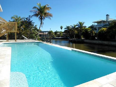 Island Villa + 33 Foot Infinity Pool, Dolphin Visits, location de vacances à Fort Myers Beach