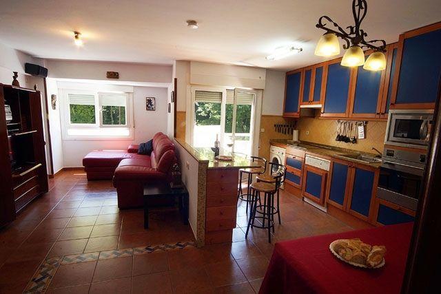 Cocina-sala de 26 m² completamente equipada con balcón