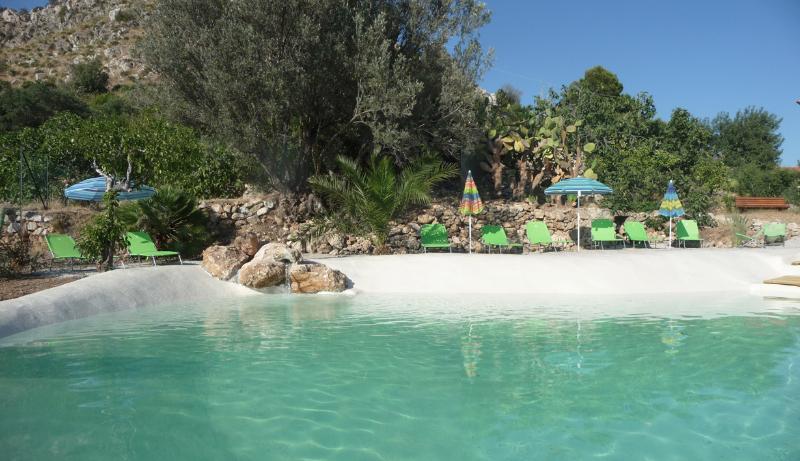 Piscina naturale a forma di lago nel mezzo di un grande giardino mediterraneo con viste meravigliose