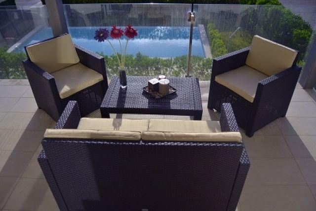 Gran terraza con mesa comedor, zona chill out y vistas a la piscina