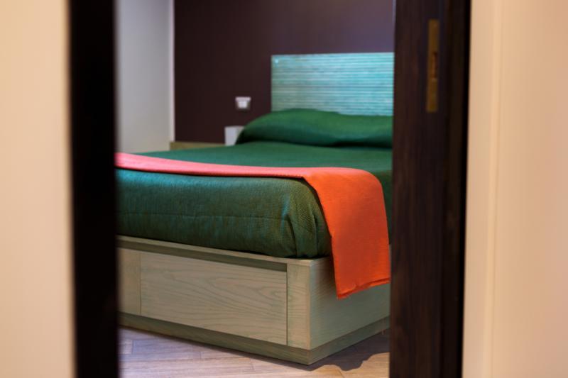 Furnished green room 2