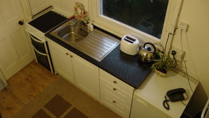 fornello alogena, forno a microonde, frigorifero. (Lavaggio m / c in ripostiglio)