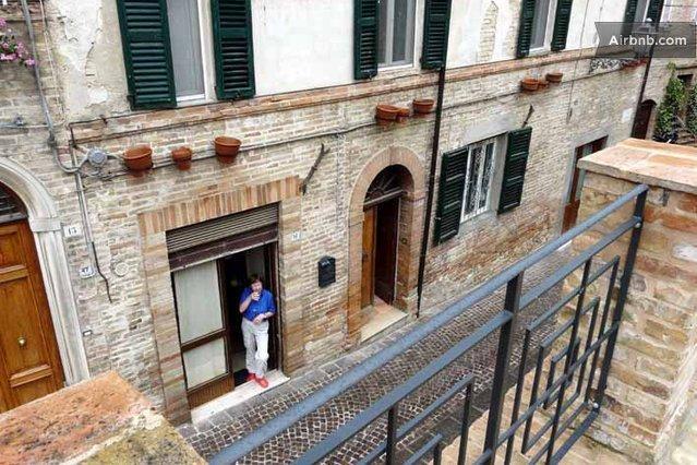Framsidan av huset från Castello Vecchio ovan, på huvudgatan i Carassais