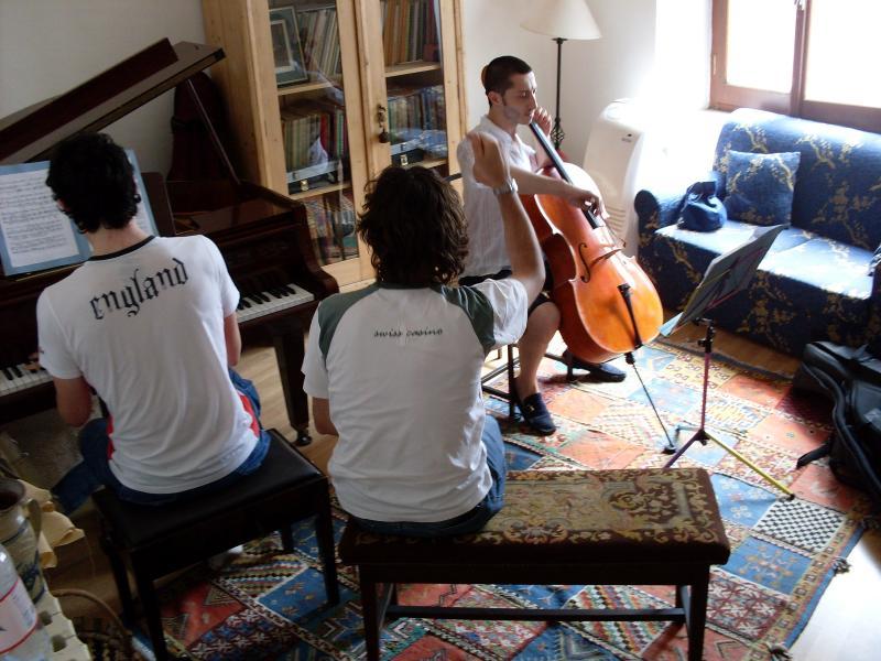 Musikrum för vänner att leka med... det finns en flygel för