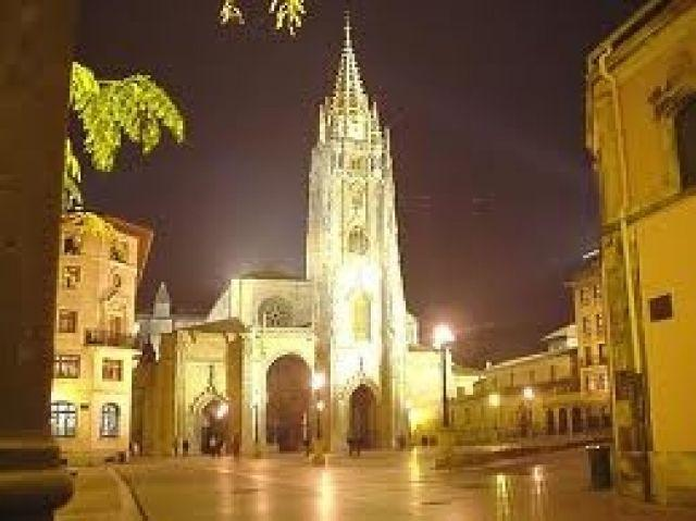 Ubicación del edificio, al lado de la Catedral de Oviedo