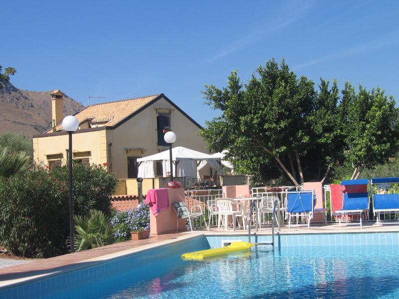 vista della casa dalla piscina