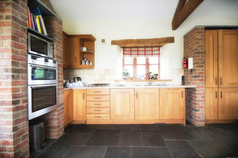 Fully equipped spacious oak kitchen with fridge/freezer, dishwasher, washing machine, Neff hob&o