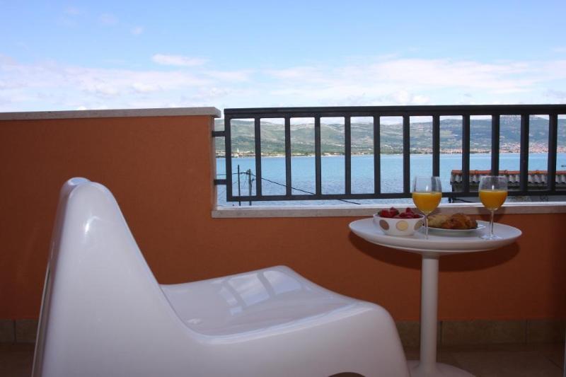 Apartment Bela A2, holiday rental in Ciovo Island