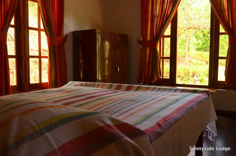 Habitaciones con camas queen size, espaciosos y ventilados