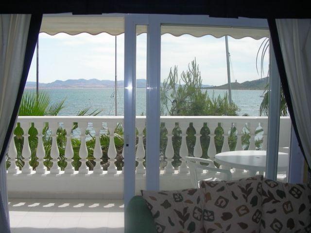 Terraza del salón que da a la  misma playa de El Pedruchillo.Hay 1 mesa y 6 sillas para comer