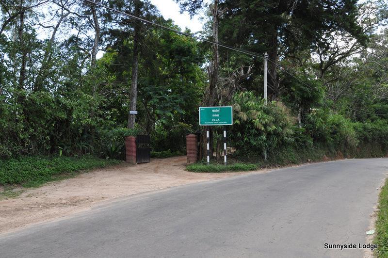 Ingången till Sunnyside Lodge ligger bredvid Ella skylt när man kommer in i Ella från Bandarawela