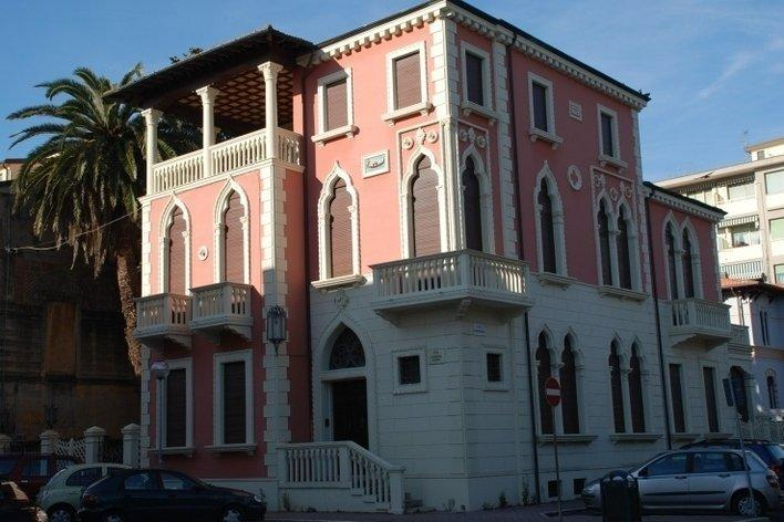 Elegant 2nd floor apartment in historic Tuscan hou, vacation rental in Viareggio