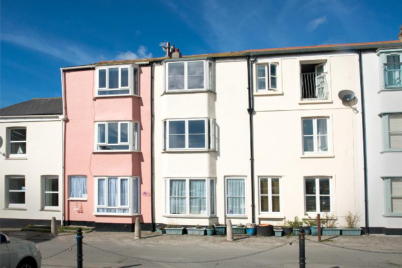 Front of Seaview, cream house in middle in view of beach & parking space.