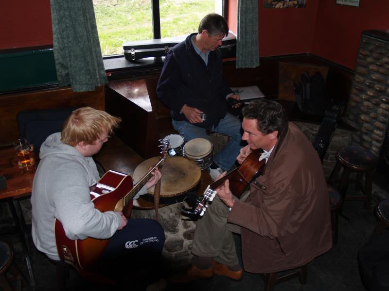 """Unirse a un """"seis"""" en la Casa del Valle o Lynotts en su instrumento y / o voz serán bienvenidos."""