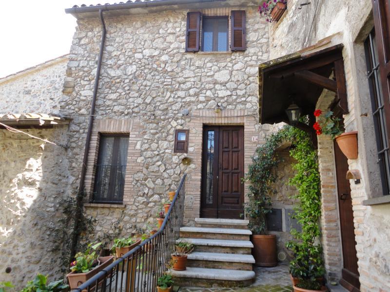 Dimora tipica in uno dei borghi più belli d'Italia, vacation rental in Lugnano in Teverina
