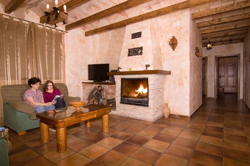 Disfrutando de la chimenea en salón de casa rural Miranda en Robledo
