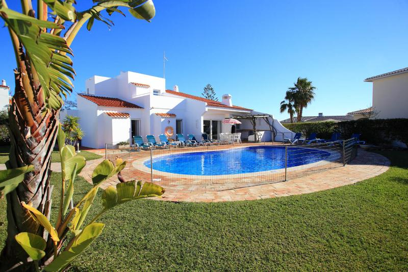 BEAUTIFUL VILLA NEAR BEACH WITH A/C, vacation rental in Albufeira