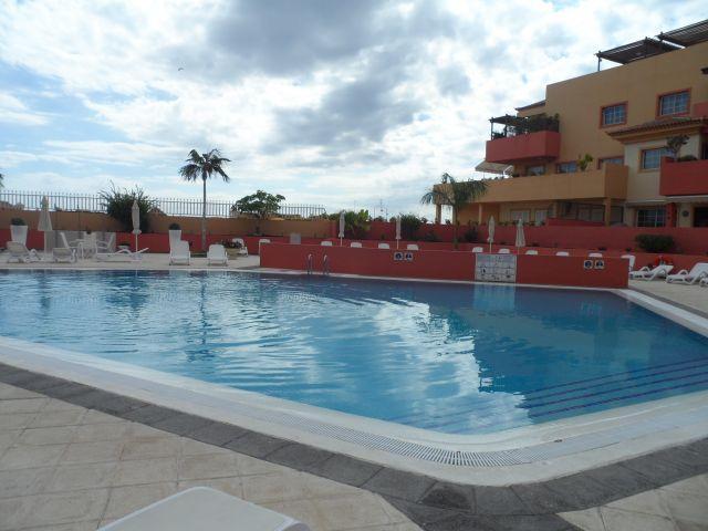 Piscina comunitaria exterior climatizada. piscina aquecida em uma área Comunitário.