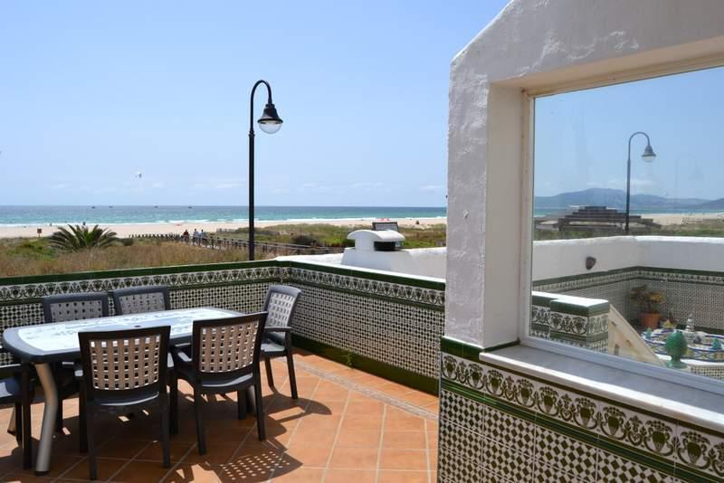 Gran terraza con vistas al mar y acceso directo a la playa