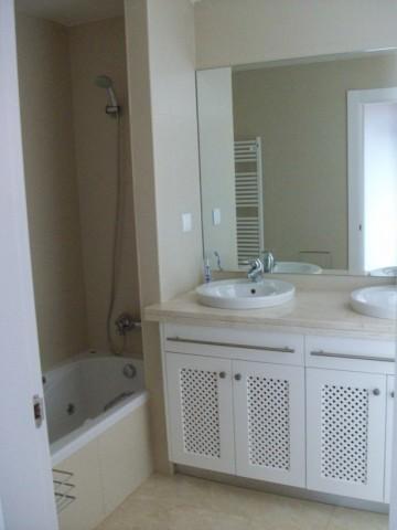 Main bathroom with bath/shower