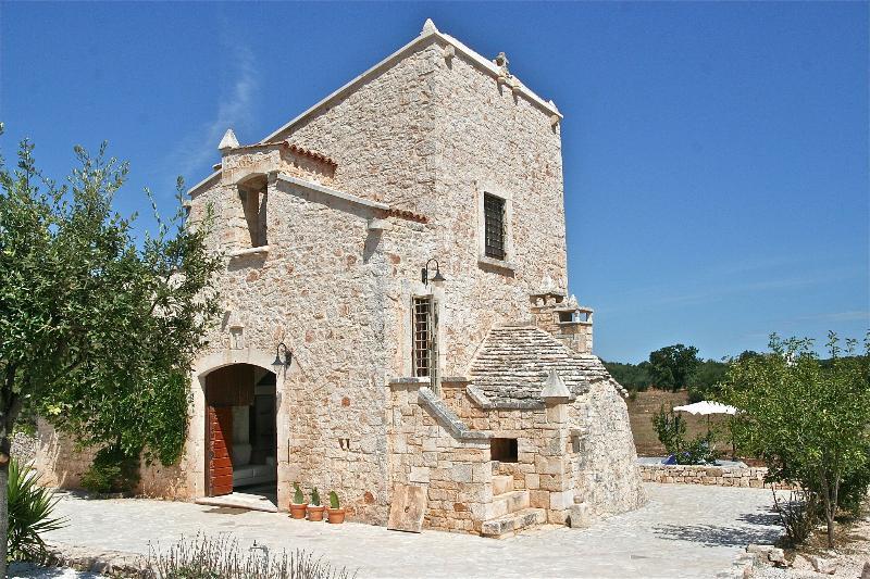 La Torre Converted Church in Castellana Grotte, vacation rental in Antonelli
