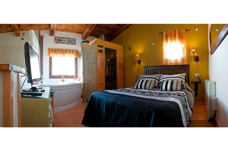 Dormitorio con jacuzzi y sauna