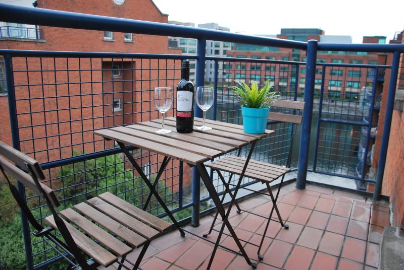 Relax on the balcony after a day walking with a lovely side view on the canal (5th floor with lift)
